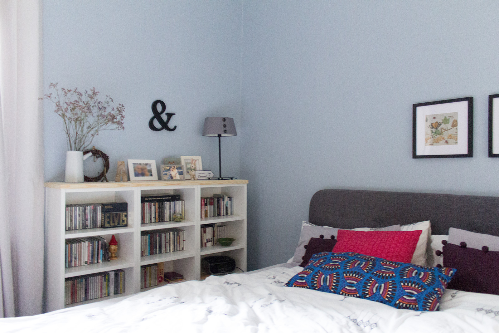 Steinblau gestrichenes Schlafzimmer