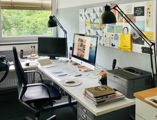 Innenansicht eines Büros, iMac auf dem Schreibtisch, Pinwand